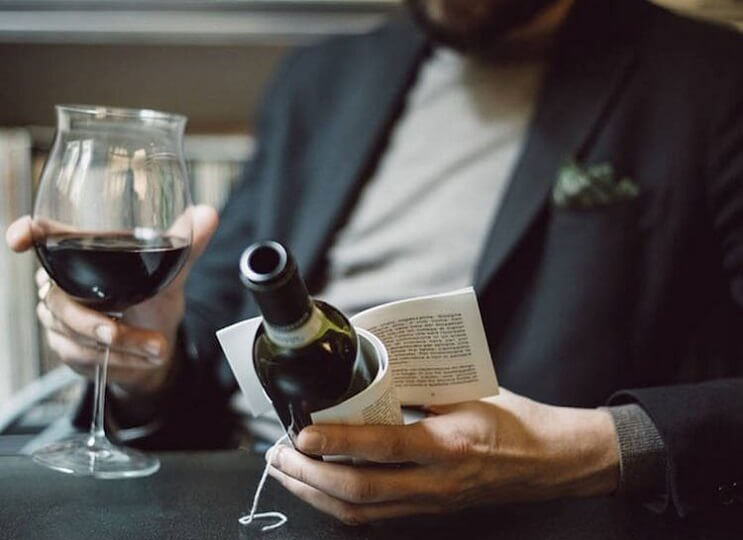 Esta-botella-de-vino-trae-historias-en-su-etiqueta-para-acompañar-ese-momento-con-lectura-06